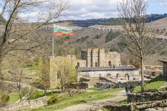 大特尔诺沃,保加利亚, 2015年4月04日:游人参观tsarevets堡垒的废墟的小组 免版税库存照片