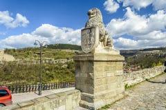大特尔诺沃,保加利亚, 2015年4月04日:tsarevets与保留门的狮子的堡垒入口 免版税图库摄影
