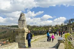 大特尔诺沃,保加利亚, 2015年4月04日:tsarevets与保留门的狮子的堡垒入口 图库摄影