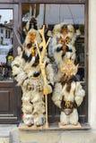 大特尔诺沃,保加利亚- 2015年4月03日:在商店前面的Kukeri服装 传统Kukeri服装被看见在breznik c 免版税库存照片