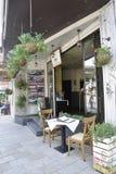 大特尔诺沃BG, 8月15日:餐馆入口在从保加利亚的中世纪镇大特尔诺沃 库存图片