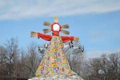 大玩偶-薄煎饼星期,稻草人作为冬天末端的标志和春天来的标志烧的 库存照片