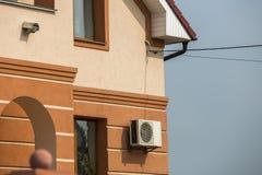 大现代昂贵的住宅家庭村庄特写镜头细节前面灰泥墙壁与空调的在天空蔚蓝背景 免版税库存照片