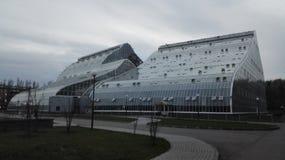 大玻璃温室在森林里 免版税库存图片