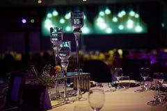 大玻璃烛台在宴会大厅里 库存图片