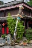 大理市,云南在旅行的龙旅馆与剑前 免版税库存图片