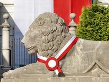 大理石一头白色狮子的雕塑  库存图片
