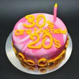 大理石上色了庆祝的第30个生日蛋糕 库存照片