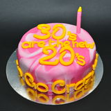 大理石上色了庆祝的第30个生日蛋糕 库存图片