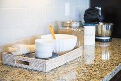 大理石厨台上面、地铁瓦片Backsplash和烘烤的Ac 免版税库存照片