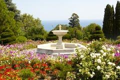 大理石喷泉在公园 免版税库存照片