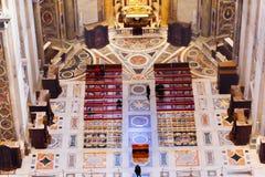 大理石地板法坛圆顶圣伯多禄` s大教堂梵蒂冈罗马意大利 图库摄影