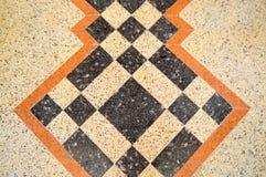 大理石大理石石地板的纹理,有棕色,黑和黄色正方形、菱形和线的瓦片 抽象背景异教徒青绿 免版税库存照片