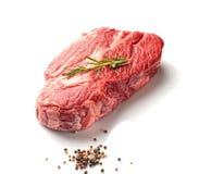 大理石小牛肉用迷迭香和芳香香料在白色背景 免版税库存图片