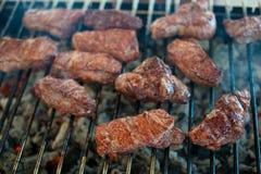 从大理石小牛肉的水多的牛排在格栅格栅说谎 免版税图库摄影