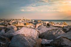 大理石岸在日落期间的Thassos海岛 库存图片