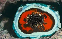 大理石抽象丙烯酸酯的背景 红色使有大理石花纹的艺术品圈子纹理 玛瑙波纹样式 金粉末 图库摄影