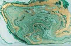大理石抽象丙烯酸酯的背景 自然绿色使有大理石花纹的艺术品纹理 金黄的闪烁 图库摄影