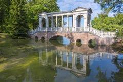 大理石桥梁在凯瑟琳公园, Tsarskoe Selo,圣彼得堡,俄罗斯 免版税库存照片