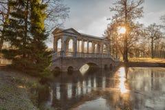 大理石桥梁在晴朗的早晨 免版税库存图片
