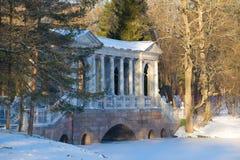 大理石桥梁多雪的11月天 Tsarskoe Selo凯瑟琳公园  免版税库存图片