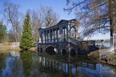 大理石桥梁晴天的看法在4月 Tsarskoye Selo 免版税图库摄影