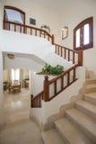 大理石楼梯在有木细长立柱的豪华别墅家 免版税库存图片