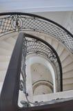 大理石楼梯的半椭圆的顶视图在房子里 免版税库存照片