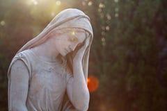 大理石纪念碑女孩一个美丽的雕象在老公墓 库存图片