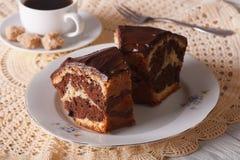 大理石花纹蛋糕巧克力片在水平板材的特写镜头的 免版税库存照片