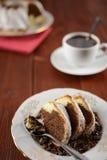 大理石花纹蛋糕用可可粉,黑暗的巧克力和洒与糖 免版税图库摄影