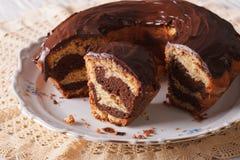 大理石花纹蛋糕用巧克力在板材切开了 水平 库存照片