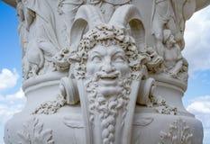 大理石雕塑在凡尔赛宫的庭院里 库存图片