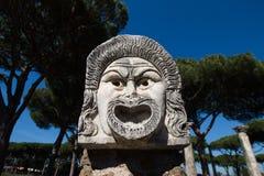 大理石面具装饰在Ostia Antica剧院 1世纪面具 库存照片