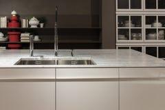 大理石顶面厨房水槽 免版税库存图片