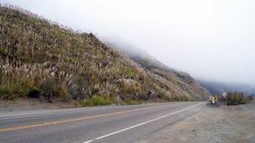 大瑟尔,加利福尼亚,美国- 2014年10月7日:在太平洋海岸高速公路风景视图的峭壁在蒙特里和Pismo之间 库存图片