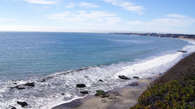 大瑟尔,加利福尼亚,美国- 2014年10月7日:在太平洋海岸高速公路风景视图的峭壁在蒙特里和Pismo之间 免版税库存照片