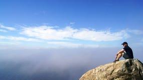 大瑟尔,加利福尼亚,美国- 2014年10月7日:坐沿太平洋的一个岩石在Garrapata国家公园 库存图片
