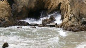 大瑟尔,加利福尼亚,美国- 2014年10月7日:击碎在岩石的巨大的海浪在普法伊费尔加州的国家公园  免版税图库摄影