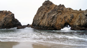 大瑟尔,加利福尼亚,美国- 2014年10月7日:击碎在岩石的巨大的海浪在普法伊费尔加州的国家公园  免版税库存照片