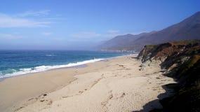 大瑟尔,加利福尼亚,美国- 2014年10月7日:击碎在Garrapata国家海滩的岩石的巨大的海浪在加州 免版税库存图片