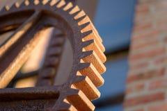 大生锈的工业齿轮宏观特写镜头工厂外 库存照片