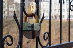 大生锈的铁挂锁 免版税库存照片