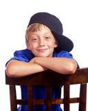 大男孩倾斜的微笑年轻人 免版税库存图片