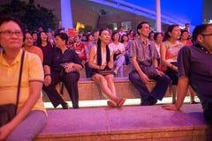 大男孩音乐会人群女孩晚上看见坐阶段 免版税库存图片