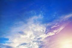 大白色云彩在天空漂浮 库存照片