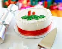 大白色圣诞节蛋糕装饰用糖浆 免版税库存照片