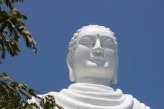 大白色坐的菩萨雕象细节在海氏Duc塔的在长的儿子塔,芽庄市越南附近 库存照片