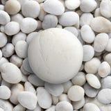 大白色岩石在小圆的小卵石,圈子石头放置了 免版税库存照片