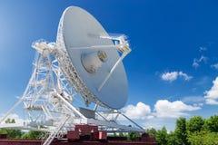 大白色无线电望远镜RTF-32 免版税库存照片
